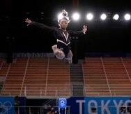 Simone Biles realiza una rutina de entrenamiento en Tokio.
