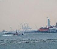 Un bote del Departamento de Policía de Nueva York patrulla el puerto cubierto de bruma, el miércoles 21 de julio de 2021, en Nueva York.