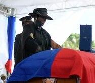 Martine Moïse, viuda del presidente haitiano asesinado Jovenel Moïse, llora junto al féretro durante el funeral el viernes 23 de julio de 2021 en la finca familiar en Cabo Haitiano, Haití. (AP Foto/Matías Delacroix)