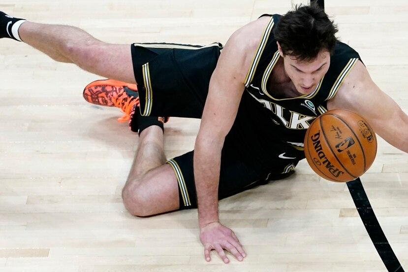 Danilo Gallinari, de los Hawks de Atlanta, cae tras recibir una falta en el partido del miércoles ante los Celtics de Boston.