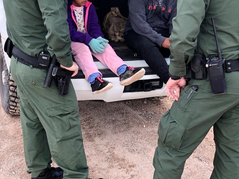 Dos agentes de la Patrulla Fronteriza mientras atienden a unos niños en un punto del área conocido como Quitobaquito, en la frontera de Arizona con México.