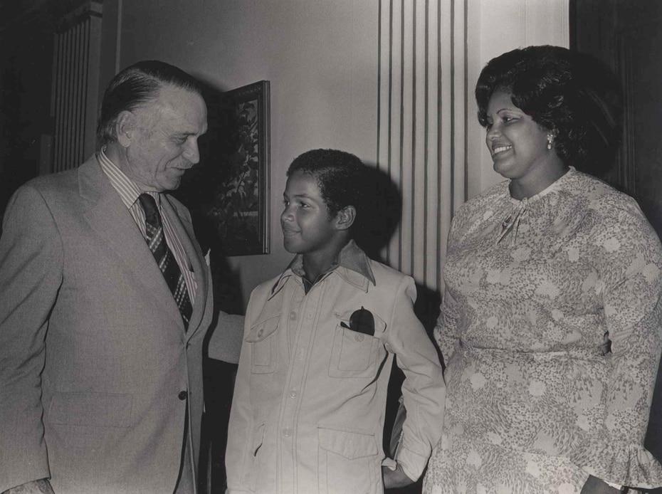 Zabala y uno de sus hijos junto al entonces gobernador Luis A. Ferré.