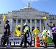 Varios grupos de empleados públicos y maestros aprovecharon el Mensaje de Situación del Estado y Presupuesto para protestar contra la reducción del sistema de Retiro y otros cambios en el gobierno. (juan.alicea@gfrmedia.com)