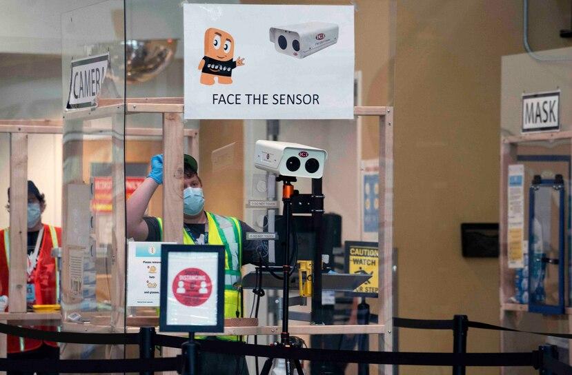 Un empleado de Amazon se dispone a utilizar una cámara térmica que mide la temperatura de toda persona que ingresa al almacén. (Ruth Fremson / The New York Times)