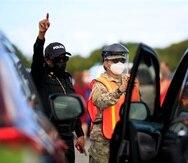 Oficiales de la Guardia Nacional intervienen con las personas que querían llegar a vacunarse al coliseíto Pedrín Zorrilla el miércoles 23 de diciembre de 2020.