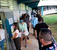 Cientos de electores permanecen en fila pasada las 5 de la tarde en la Escuela Gabriela Mistral de Puerto Nuevo. FOTOS POR DENNIS M. RIVERA PICHARDO/ Especial El Nuevo Día