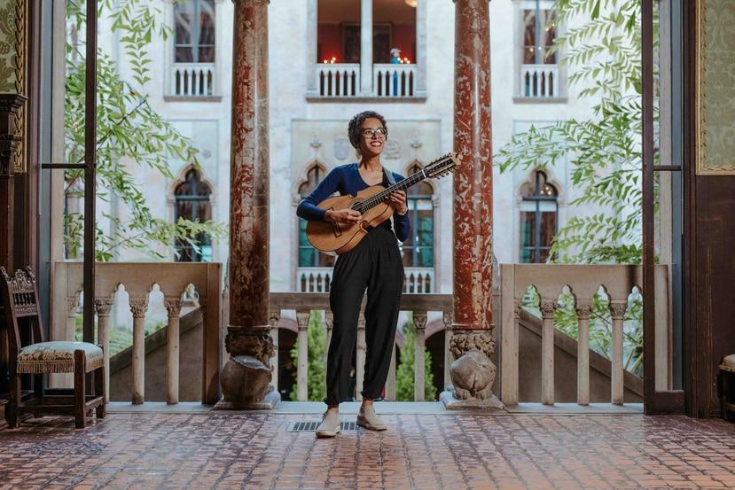 La joven puertorriqueña es reconocida como la primera cuatrista gradudada de Berklee College of Music en Boston. (Suministrada / Ally Schmalling)