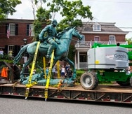 """La remoción de las estatuas de Lee y Jackson se produce casi cuatro años después de que estallara la violencia en la infame manifestación """"Unite the Right""""."""