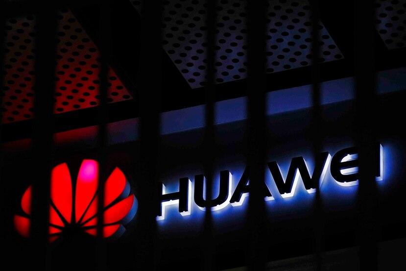 El logo de la empresa china de tecnología Huawei afuera de un edificio de oficinas en Beijing. (AP)