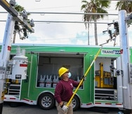 Uno de los líderes de entrenamiento de Quanta Services demuestra (en miniatura) cómo conectar un hogar a la red eléctrica.