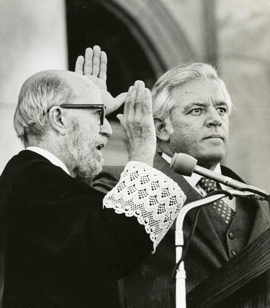 Su mayor rivalidad política fue con el popular Rafael Hernández Colón. En la foto, Romero Barceló jura como gobernador de Puerto Rico.