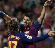 Luis Suárez celebra su anotación con Antoine Griezmann. (AP)