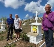 Arcadio Montáñez y Mirta Sanes, al fondo, junto al activista Ismael Guadalupe.