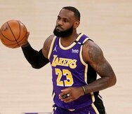 LeBron James, de los Lakers de Los Ángeles, maneja el balón en la primera mitad del juego ante los Kings de Sacramento. Jugó 32 minutos en su regreso y anotó 16 puntos.