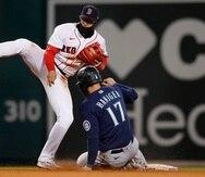 El intermedista boricua de los Red Sox, Enrique 'Kike' Hernández, saca en segunda a Mitch Haniger en medio de una doble jugada.