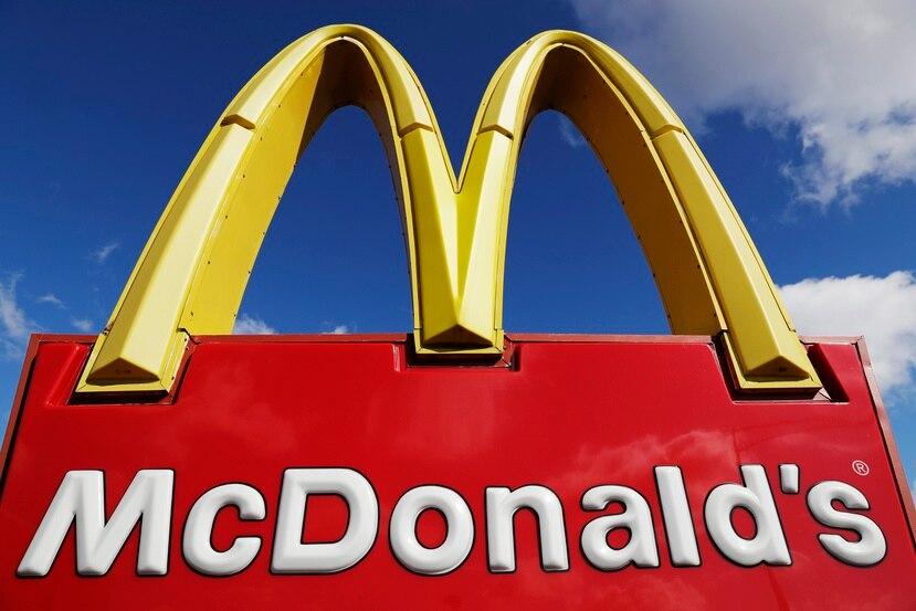 En esta fotografía del 9 de abril de 2020 se muestra un letrero de McDonald's en Wheeling, Illinois.