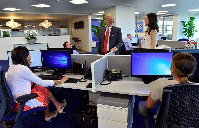 Al mudar su sede a la Isla, la aseguradora internacional ocupa 6,000 pies cuadrados en la Milla de Oro. Al centro, Eduardo Colón,  presidente de Advantage International Bank.