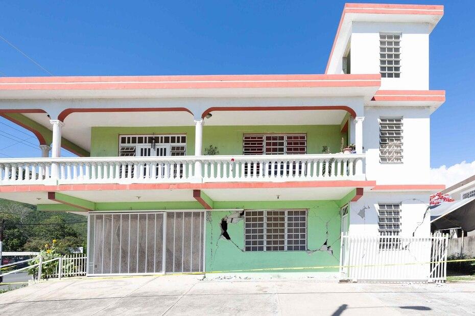 Esta residencia que estaba en venta en Guayanilla también sufrió daños extensos en su fachada.
