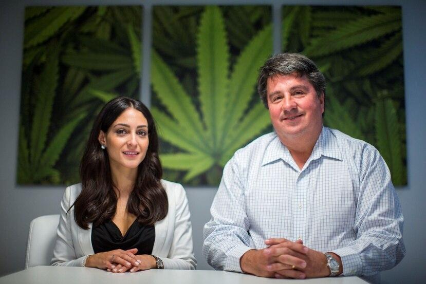 Desde la izquierda: Janet Ubiñas, co-propietaria de Cannassence, y Cristian Bernaschina, co-propietario del dispensario de cannabis medicinal en Hato Rey.