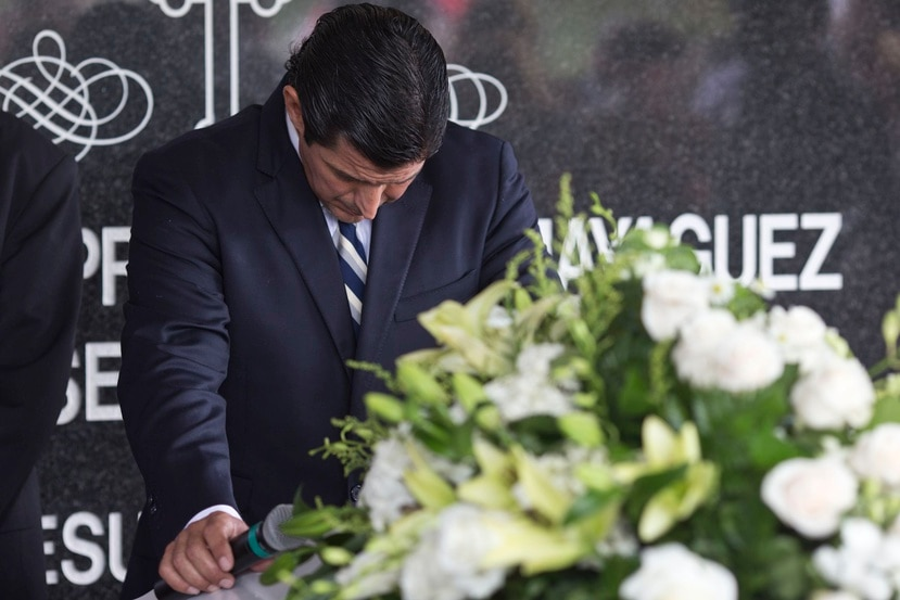 El viudo Fermín Arraiza Navas se expresó a los presentes en el cementerio.