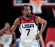 El estadounidense Kevin Durant regresa a la posición defensiva después de encestar un triple en el encuentro de la ronda preliminar del torneo olímpico ante República Checa.