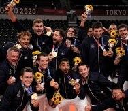Los jugadores de Francia celebran tras conquistar la medalla de oro tras vencer a Rusia en el vóleibol de los Juegos Olímpicos de Tokio.