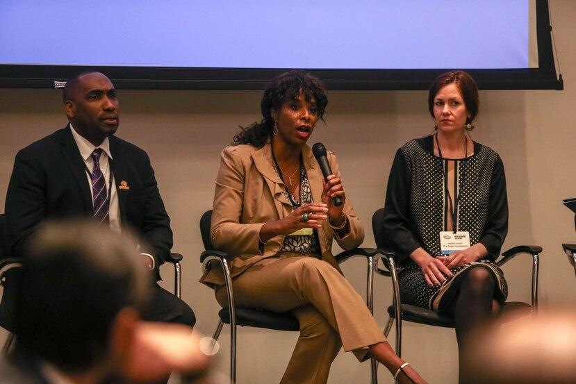 Stacey Plaskett (al centro) indicó que su proyecto de ley tiene nueve coauspiciadores, incluida la comisionada residente en Washington, Jenniffer González.