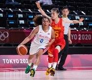 Jennifer O'Neill, de Puerto Rico, ataca el canasto durante el partido contra China.