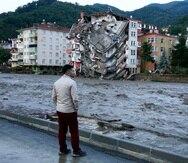 Un hombre mira las crecidas que causaron destrozos en la localidad de Bozkurt, en la provincia de Kastamonu, Turquía, el 12 de agosto de 2021.