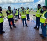 Doriel Pagán, a la izquierda y quien visitó hoy la planta de filtración Enrique Ortega en La Plata, dijo que la agilización de los fondos federales para obras capitales será su prioridad este año.