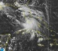 Esta imagen proporcionada por la Oficina Nacional de Administración Oceánica y Atmosférica muestra la formación de la tormenta tropical Sally frente al sur de Florida.