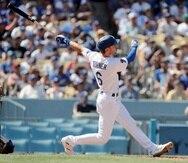 Trea Turner, de Los Angeles Dodgers, observa como vuela la bola al conectar un gran slam contra los Brewers de Milwaukee.