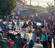 Una caravana de migrantes, la mayoría de Centroamérica, inicia su marcha hacia el norte desde Tapachula, México, el sábado 23 de octubre de 2021. (AP Foto/ Edgar H. Clemente)