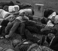 Estudiantes y adultos participan de una manifestación en un cementerio para exigir la exhumación de las víctimas de la masacre.