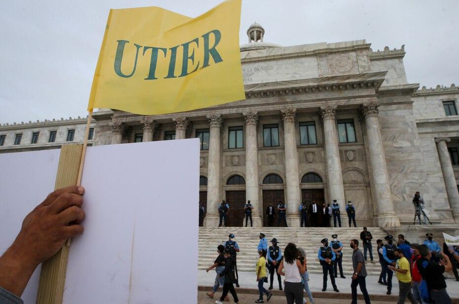 Los miembros de la Utier, que ya aprobaron un voto de huelga, protestan por el contrato firmado con la empresa LUMA Energy para administrar la red eléctrica de Puerto Rico y que pronto entrará en vigor.