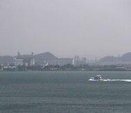 Así lucía ayer la bahía de San Juan a raíz de la acumulación de varios contaminantes en el aire. La visibilidad en el área era limitada.