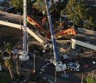 Vista aérea de vagones del metro colgando desde una sección elevada colapsada en la Ciudad de México. La sección elevada del metro de la Ciudad de México colapsó el lunes por la noche matando al menos a 23 personas.