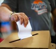 """Carolina, Puerto Rico, Noviembre 10, 2019 - PR HOY - TUS NOTICIAS - FOTOS para ilustrar una historia sobre el proceso de elecci—n especial por los esca–os senatoriales en el PNP. EN LA FOTO una vista del proceso en el Colegio La Piedad, en Isla Verde - votante deposita su voto en la urna.FOTO POR:  tonito.zayas@gfrmedia.comRamon """" Tonito """" Zayas / GFR Media"""