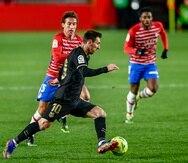 Lionel Messi maneja el balón contra el Granada.