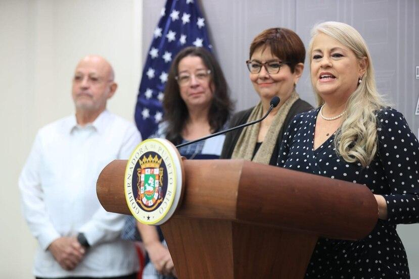 De izquierda a derecha, el exjuez federal José Antonio Fusté, la licenciada Nilda Añeces, la exjefa de la fiscalía federal Rosa Emilia Rodríguez y la gobernadora Wanda Vázquez