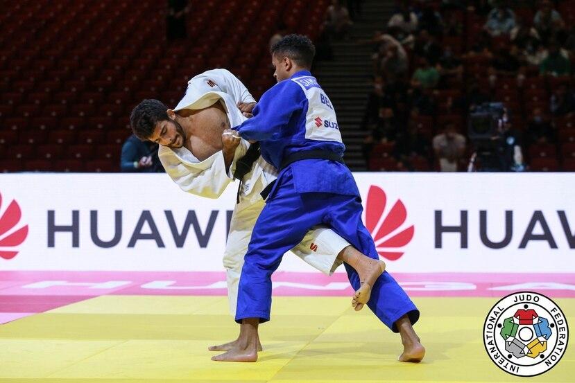 El judoca Adrián Gandía (de blanco) se midió en la tercera ronda del Campeonato Mundial al competidor de Bélgica, Chouchi Sami.