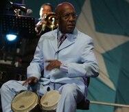 Roberto Roena tocando el bongó en un concierto en Guaynabo el 16 de mayo de 2008.