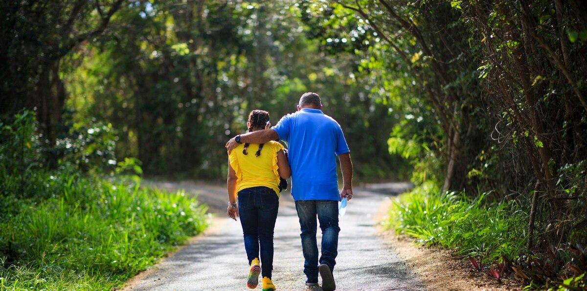 """Camuy / San Juan, Puerto Rico, Febrero 9 / 10, 2021 - PR HOY - FOTOS para ilustrar una historia especial del cáncer pediátrico con María Isabel Aquino (paciente de cáncer en remisión diagnosticado en 2015) como figura principal. EN LA FOTO la niña de 11 años junto a Wilson Aquino (padre) en su residencia en el barrio Puerto Arriba en Camuy.  FOTO POR:  tonito.zayas@gfrmedia.comRamon """"Tonito"""" Zayas / GFR Media"""