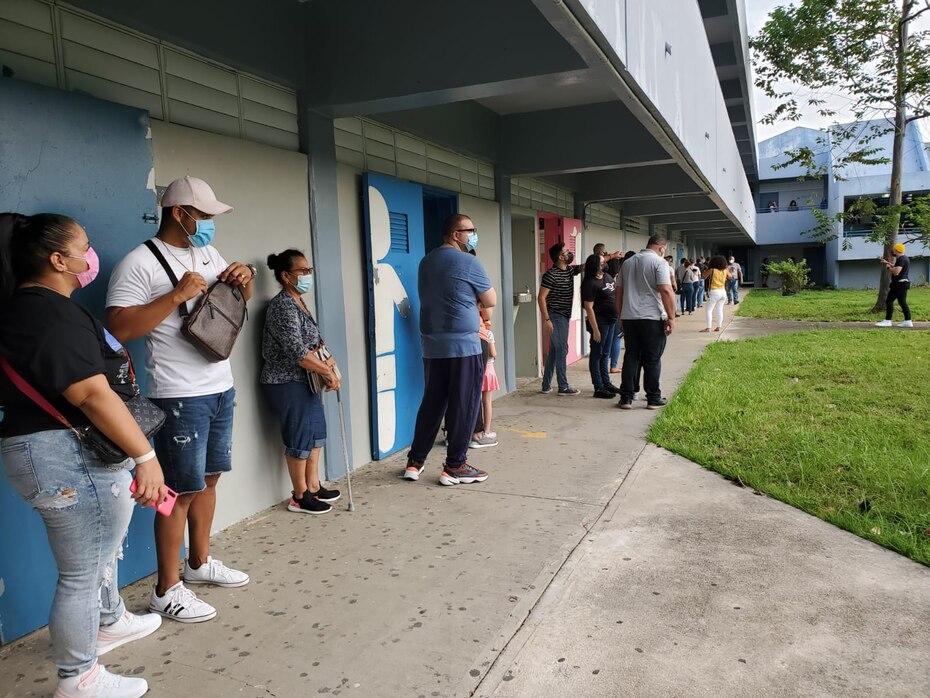 Decenas de personas continuaban en fila para votar a las 5:00 p.m. en la escuela Adela Rolón Fuentes de Toa Alta.