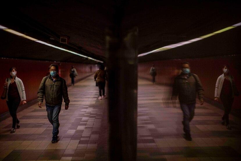Ciudadanos mantiene distancia física mientras caminan en la estación del tren en Barcelona, España. (AP)