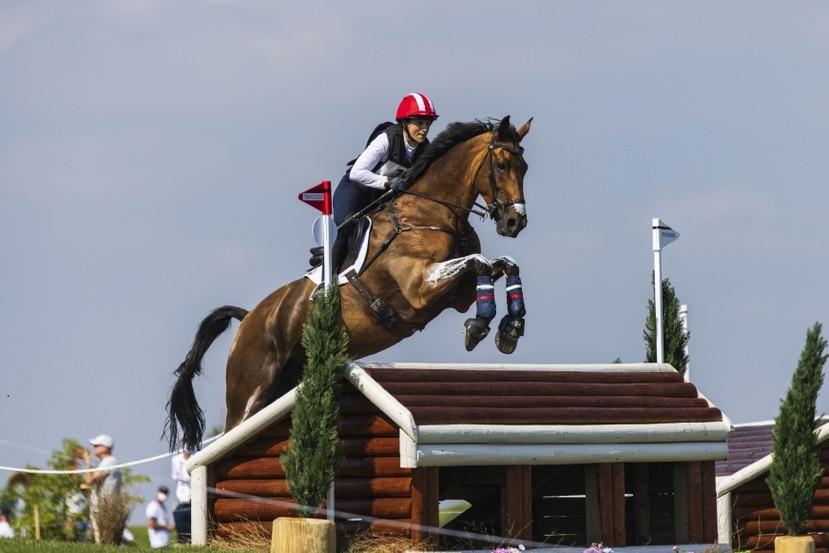 Lauren Billys realiza un salto con su caballo Purdy durante la competencia de ecuestre en Tokio.