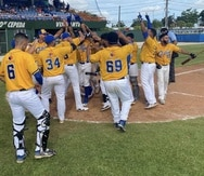 Los jugadores de los Lancheros de Cataño celebran luego de eliminar el domingo a los Mets de Guaynabo.