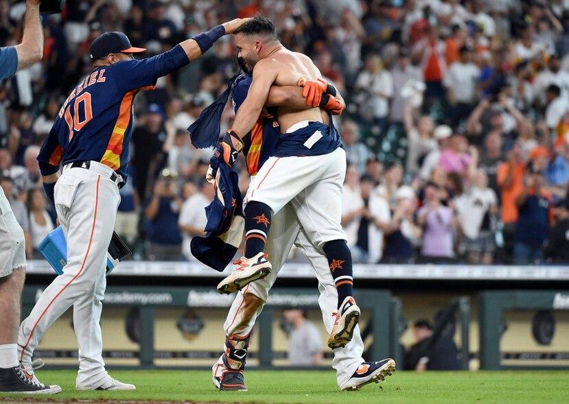 José Altuve es levantado en hombros por un compañero de equipo luego de que el venezolano pegara un dramático jonrón de tres carreras para dejar sobre el terreno a los Yankees.