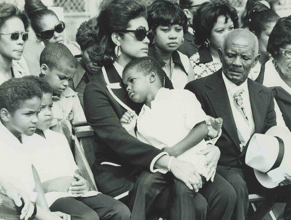 Zabala junto a sus hijos durante el funeral de Clemente.
