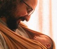 Fernando Samalot cargando a su hija de apenas tres semanas de nacida.